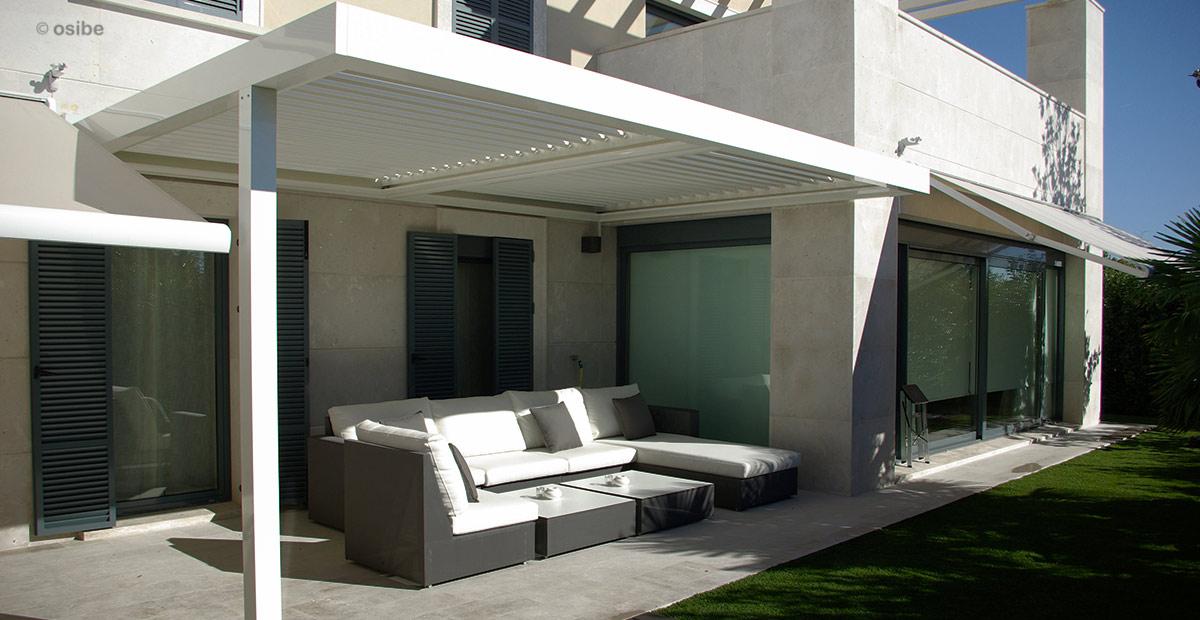 terraza con pergola bioclimatica de lamas de aluminio orientables